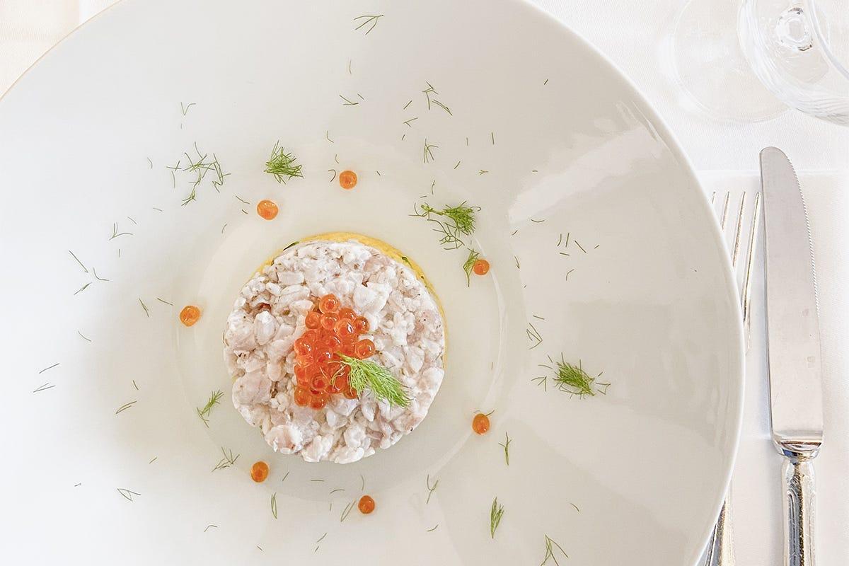 Tartare di spigola con cous cous alle verdurine e uova di salmone