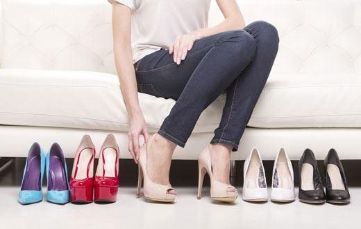 Gambe, schiena e ginocchia a rischio con tacchi alti e scarpe scomode