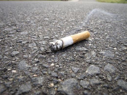 I mozziconi di sigaretta per strada provocano gravi danni alla salute