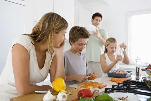 A tavola genitori meno virtuosi dei figli L'84% dei ragazzi non salta mai i pasti - Italia a Tavola