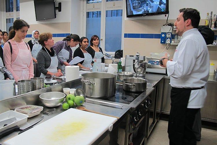A torino donne di diversa nazionalità in un corso di cucina dal
