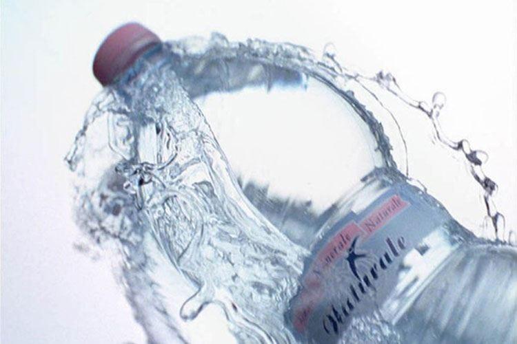 Acqua minerale, con 206 litri a testa l'Italia è il Paese Ue che ne beve di più