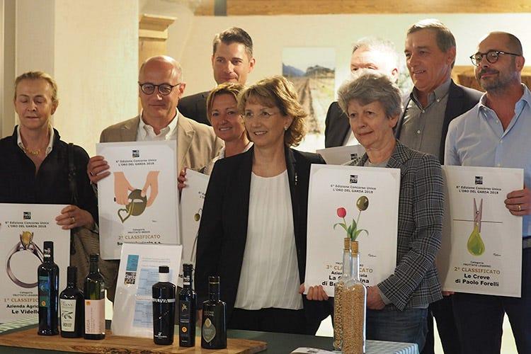 Laura Turri e i premiati (Agraria Riva del Garda e Le Videlle prime nel concorso L'Oro del Garda)