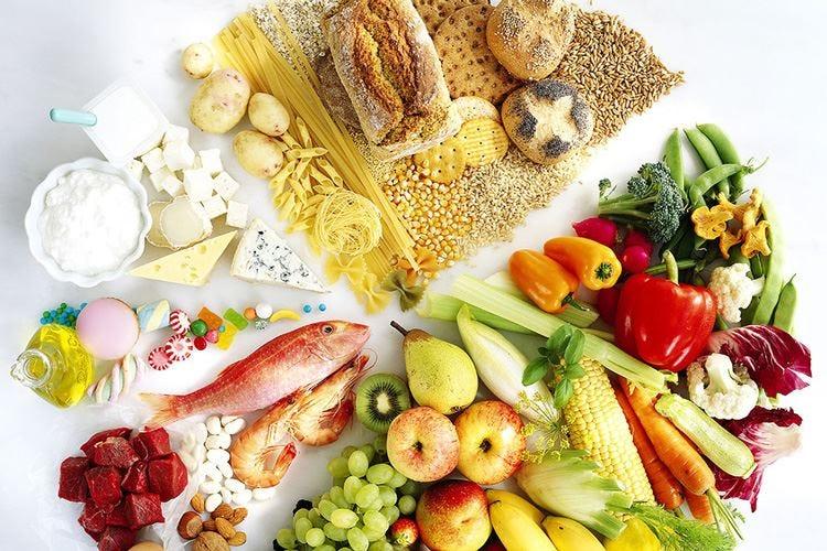 """Gli esperti: «No alle diete """"senza""""» La preferita resta la Mediterranea"""