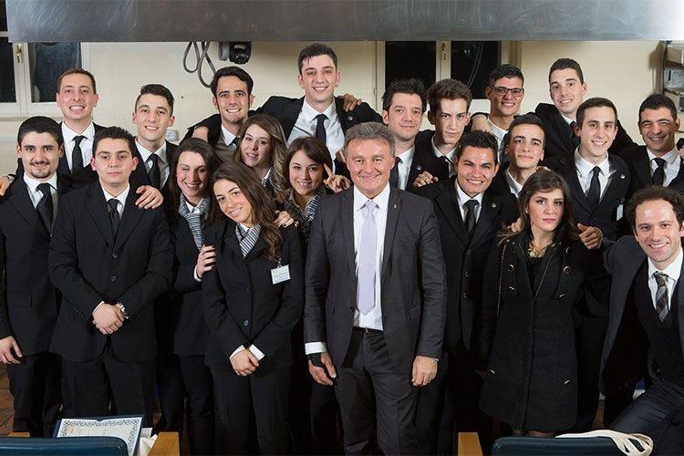 Il 3° Corso superiore di sala di Alma chiude con 19 professionisti diplomati