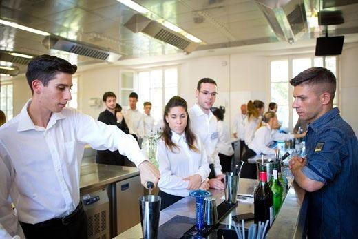 Fare il cameriere è un'arte per pochi Alma prepara i futuri professionisti