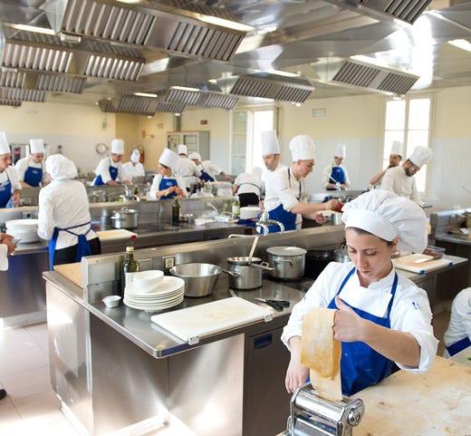 Alma 80 i cuochi diplomati del corso superiore di cucina italiana italia a tavola - Alma scuola cucina costo ...