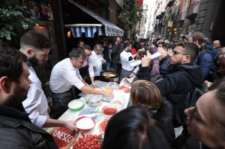 Arte dei pizzaiuoli Patrimonio Unesco Napoli in festa come ai tempi di Maradona