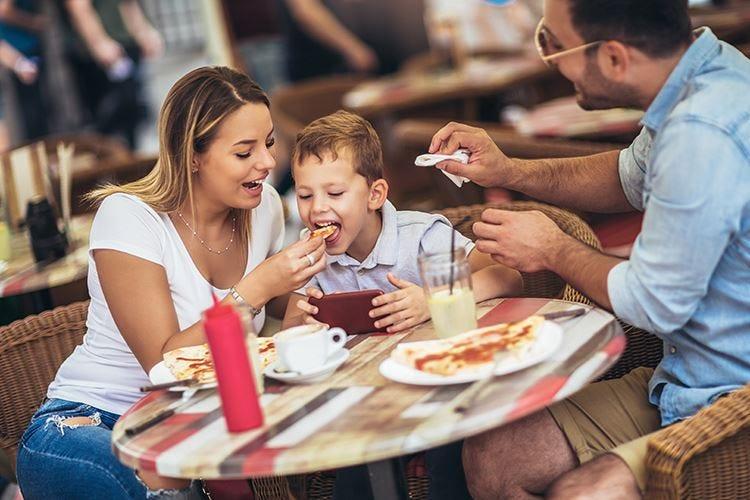 Bambini maleducati al ristorante Troppe polemiche sul nulla