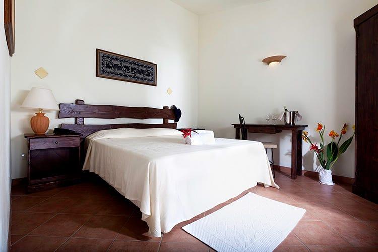 Le camere, arredate in stile semplice con oggetti di artigianato sardo (Benessere in Sardena Spa e passeggiate a cavallo)
