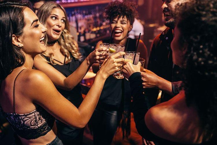 Il £$binge drinking$£ coinvolge 4 giovani su 5 Aumenta il rischio di dipendenza da alcol