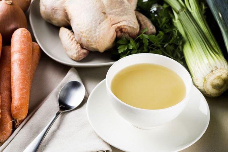 Brodo di pollo, gusto e medicina Effetto benefico sulle vie respiratorie