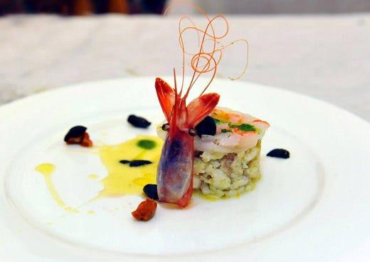 Burger di rana pescatrice e carpaccio di gambero viola su for Decorazioni piatti gourmet