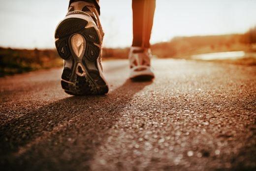 Cambiare andatura mentre si cammina aiuta a bruciare più calorie