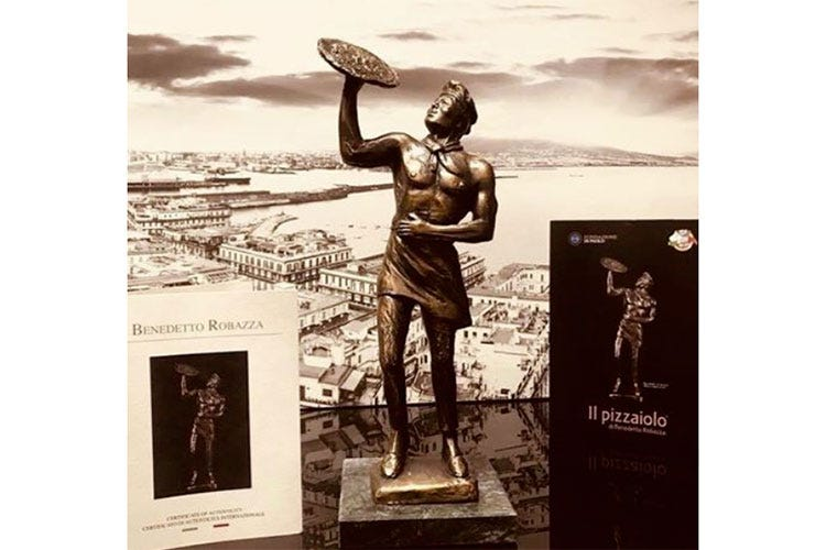 (A Capodichino la scultura di un pizzaiolo La Fondazione Di Paolo la dona a Napoli)