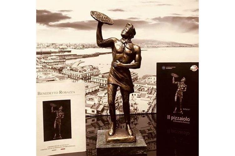 A Napoli la scultura di un pizzaiolo La Fondazione Di Paolo la dona alla città