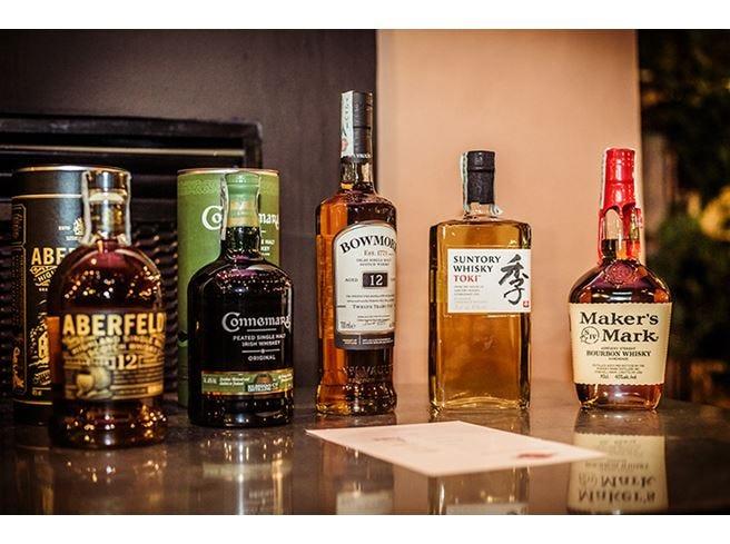 Cinque whisky distribuiti Martini in un food pairing da stella Michelin