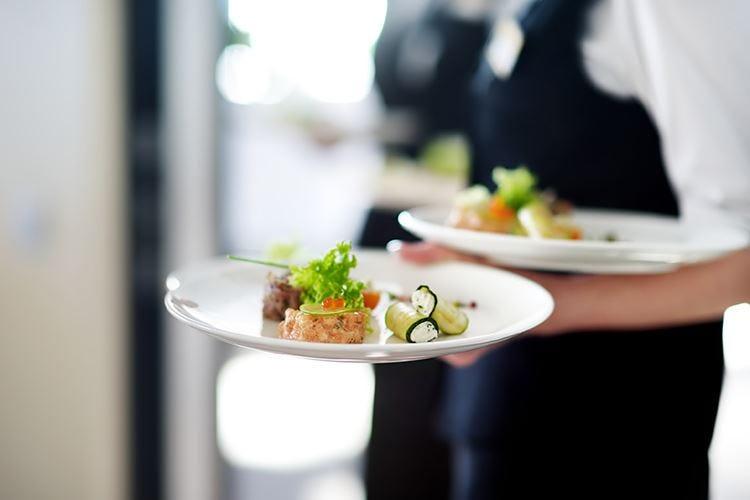 Comporre il piatto al tavolo Vecchia moda o attrattiva social?