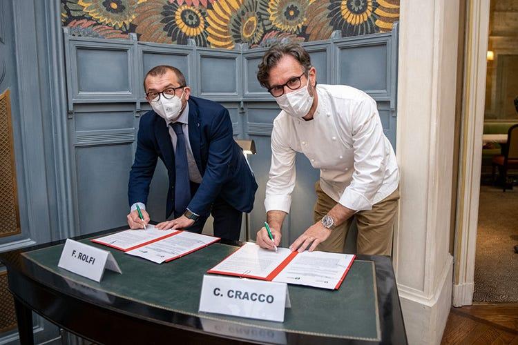 Fabio Rolfi e Carlo Cracco alla firma del protocolo d'intesa Panettone e Polenta lombarda Un protocollo per promuoverli