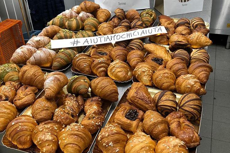 Torino, 30 tassisti portano dolci ai medici