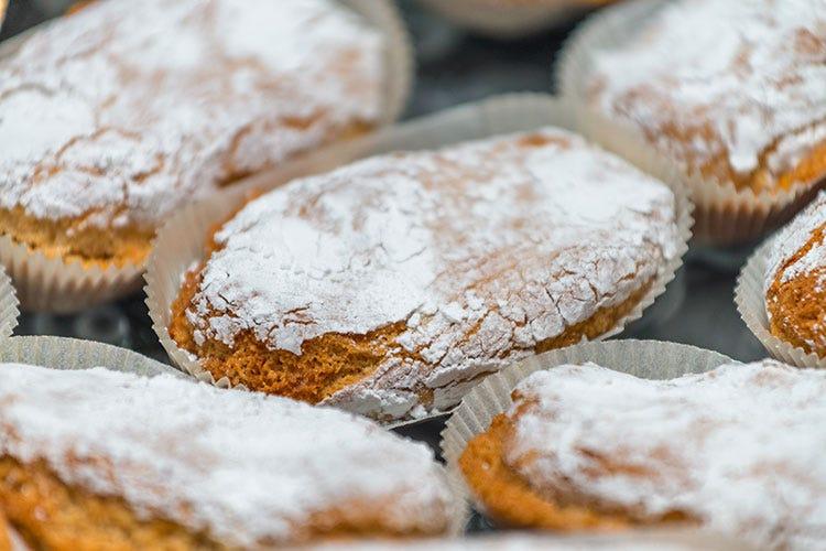 Ricciarelli, dolcetti ricoperti di zucchero a velo dalla forma tipica di chicco di riso - Natale, ecco i 10 dolci più popolari sui social
