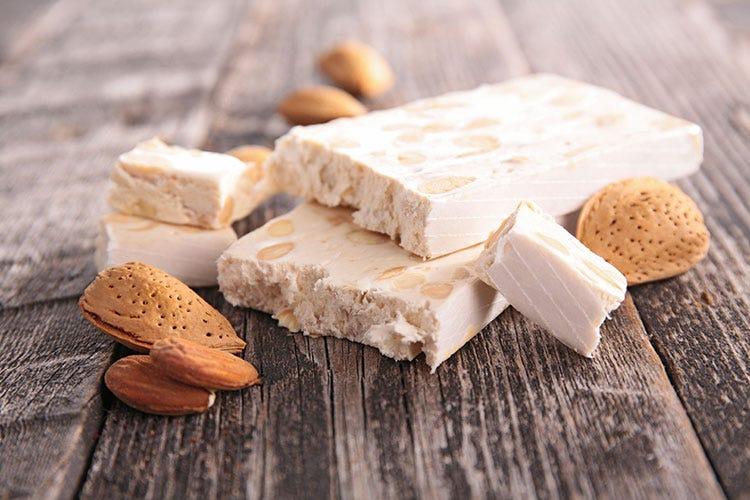 Il torrone, molto spesso proposto nelle varianti al pistacchio o ricoperto di cioccolato - Natale, ecco i 10 dolci più popolari sui social