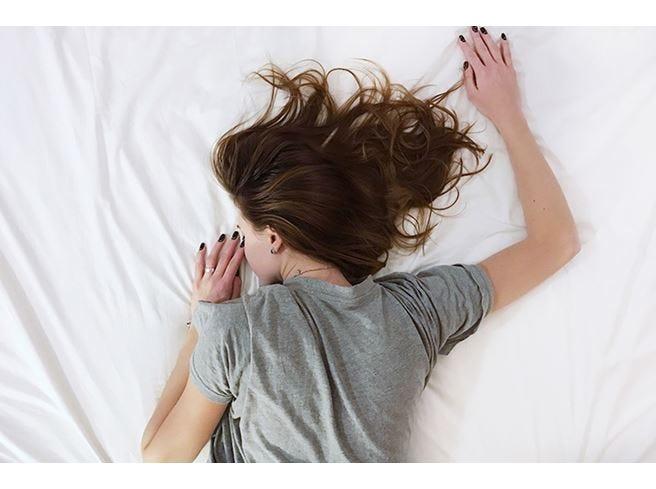 Dormire con il trucco? Meglio di no Ecco i rischi per il viso
