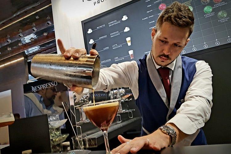 Ewan Garofano impegnato nella preparazione di uno dei suoi drink (Esperienza, studio e sacrifici I segreti del barman Ewan Garofano)