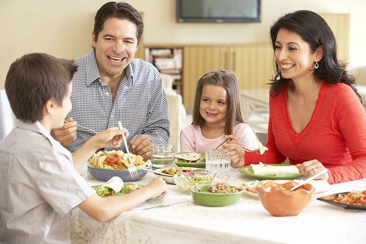 Famiglie italiane a tavola in casa Ad ogni componente il suo piatto