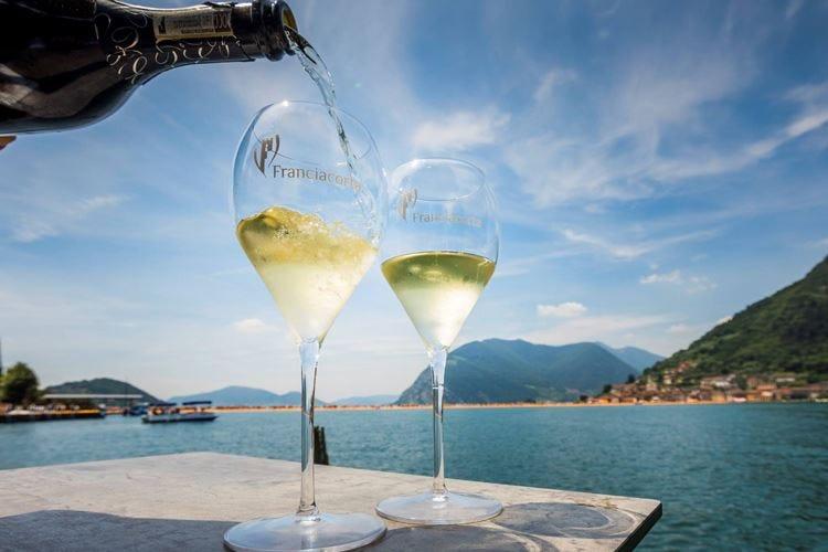 Franciacorta, l'export sale del 15% Nel 2016 vendute 17,4 milioni di bottiglie