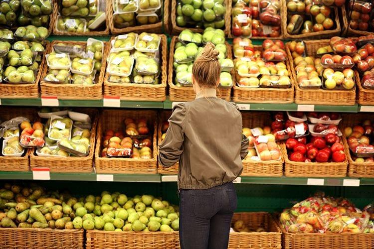 Frutta e verdura sempre consigliati Ma in Italia se ne acquista meno