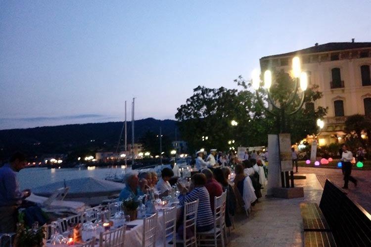 Il Garda saluta un'estate da record con una cena di lago e tipicità a Salò