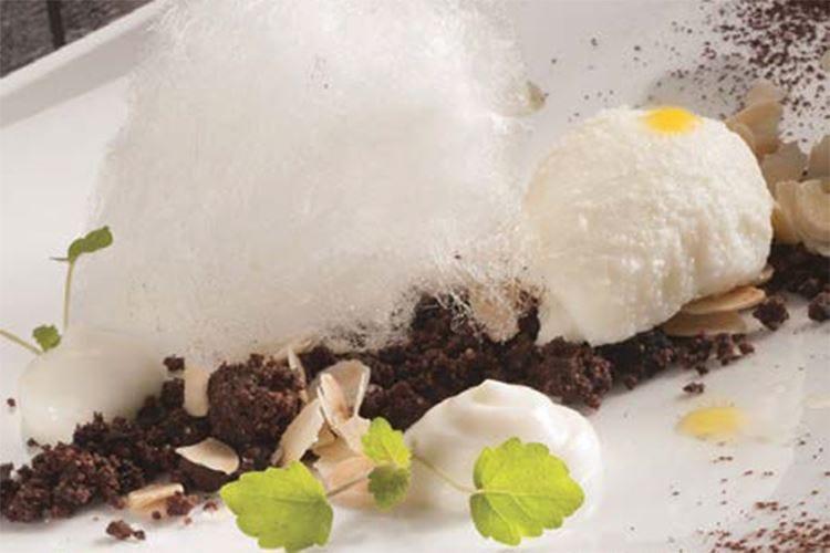 Gelato all'olio evo alla vaniglia, crumble di cioccolato e olive nere