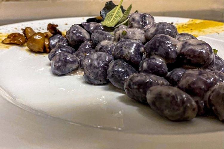 Gnocchetti di tubero viola crema di ceci, porcini e tartufo nero