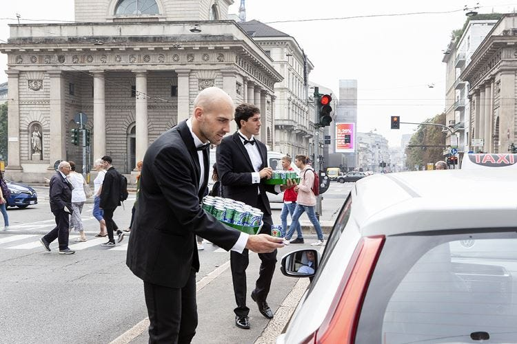 Milano, birra senz'alcol servita agli automobilisti in coda