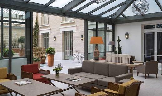 All'Hotel Le Littré a Montparnasse Tranquillità tra brasserie e locali etnici