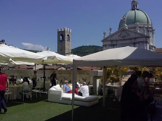 L\'Hotel Vittoria apre la sua terrazza con un temporary bar esclusivo ...