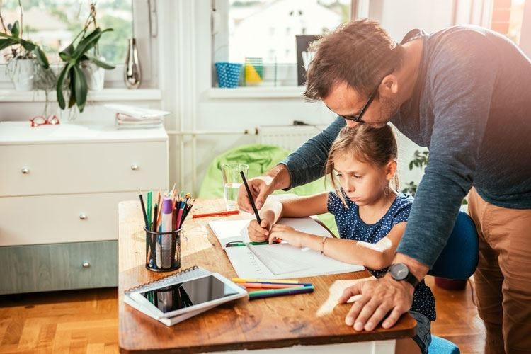 I genitori devono aiutare i figli a scuola? No, a meno che siano loro a chiederlo