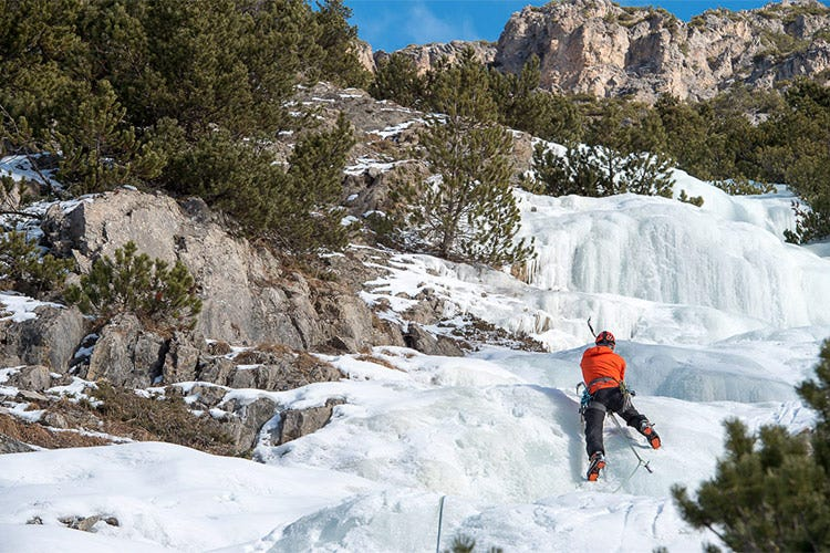 Tante le attività alternative allo sci, come l'arrampicata sul ghiaccio - Un inverno alternativo a Livigno Ciaspolate e cucina a domicilio