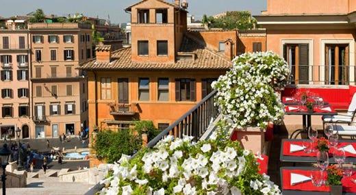 Un calice di vino con vista su Roma al Palazzetto dell\'Hotel Hassler ...