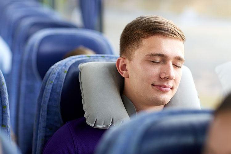 """Il cuscinetto per il collo in viaggio Un """"must have"""" contro la cervicale"""