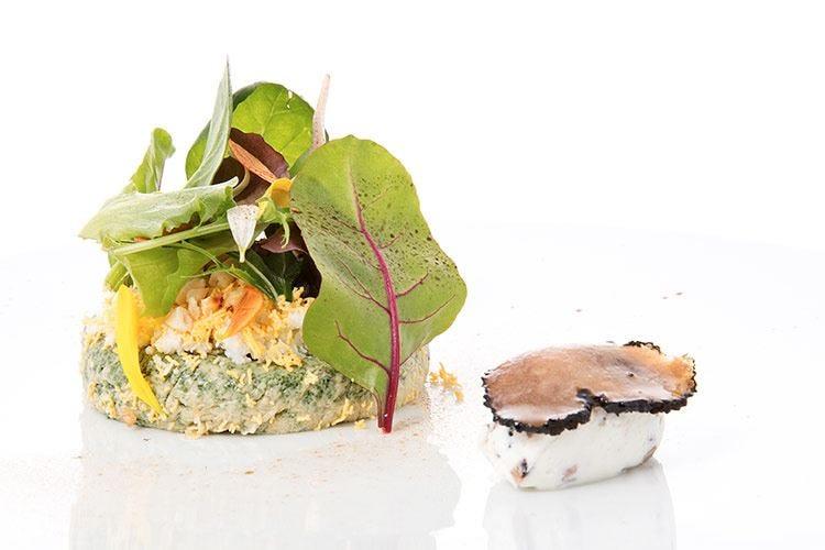 Insalata di erbe fini e spinaci, mimosa e formaggio della Valcuvia
