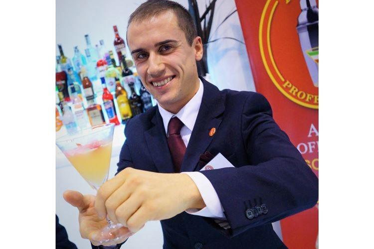 Julien Colombo, un barman in discoteca «Lavoro in velocità, ma rispetto le ricette»