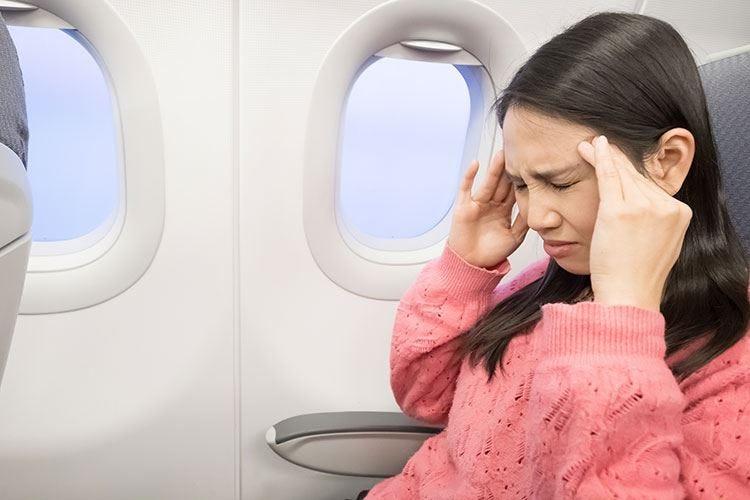 L'aereo può provocare mal di testa Per evitarlo, un analgesico prima del volo