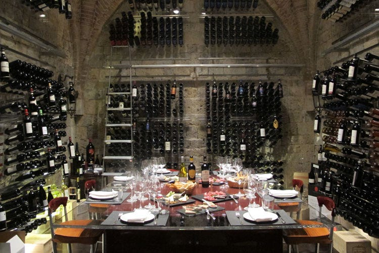 (La Wine Cellar By Sapordivino Fascino e gusto portano nel Medioevo)