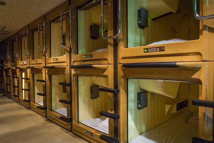 Loculi a misura d'uomo, tutti identici Una notte nei capsule hotel di Tokyo