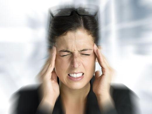 """Il mal di testa """"colpisce"""" in ufficio? Per evitarlo basta regolare sonno e pasti"""