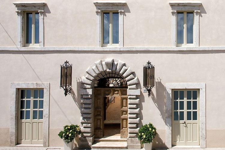 Norcia, Palazzo Seneca riapre le porte Palmisano nella cucina del Vespasia
