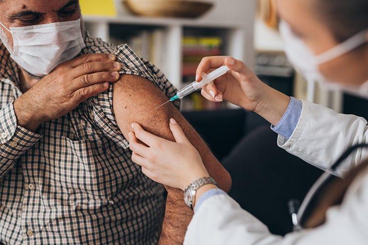 Meno contagi in 24 ore con record di tamponi - Ok per il vaccino AstraZeneca Scende il tasso di positività