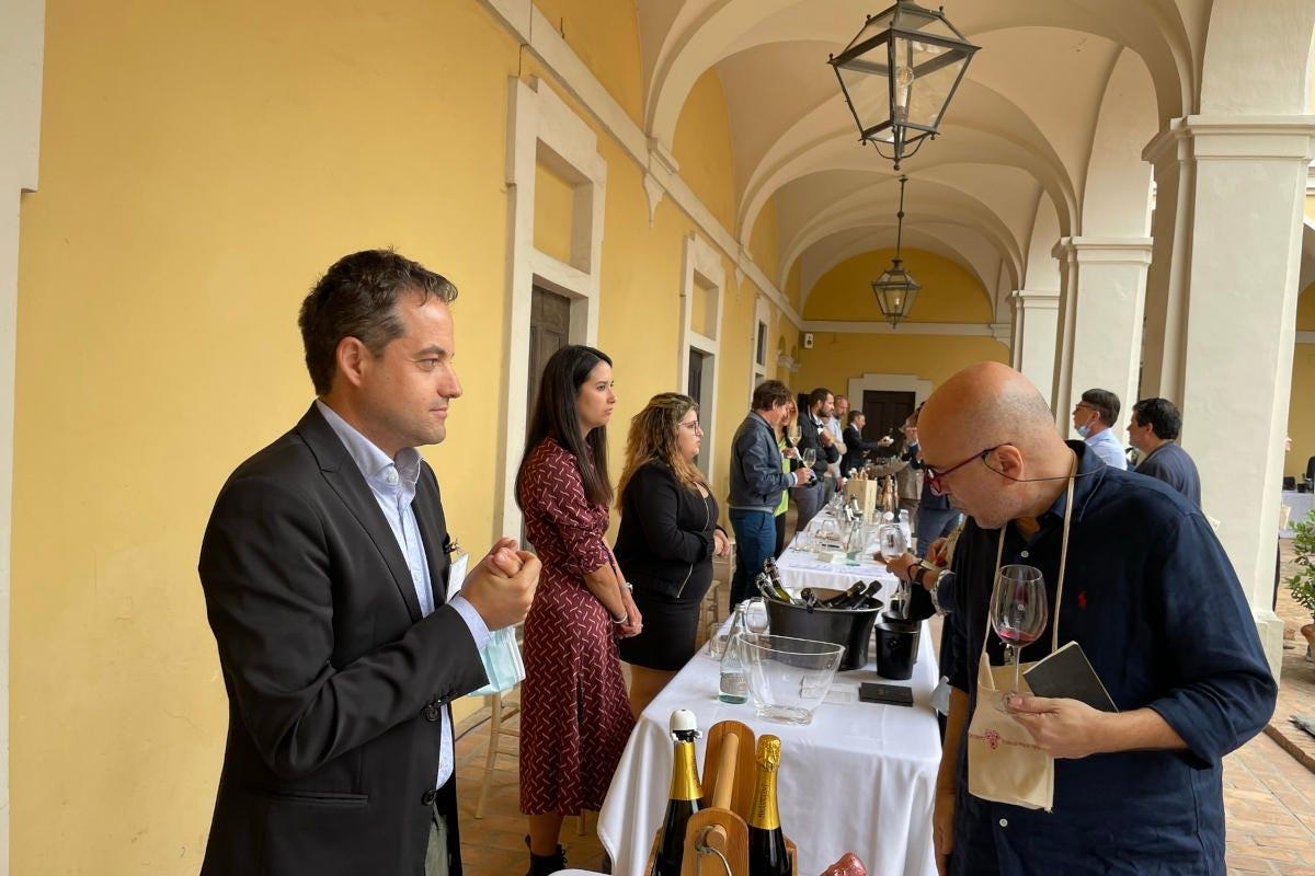 Banchi di degustazione a Oltrepò - Terra di Pinot Nero Pinot nero, anima di un territorio e segno di unità per l'Oltrepò pavese
